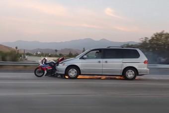 Szürreális baleset egy autópályán: kilométereken át tolt maga előtt egy motort az autós