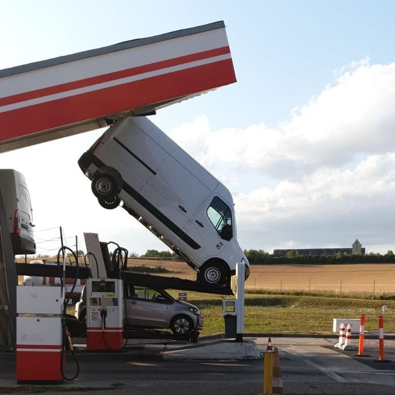 Túl magas volt az autószállító, a benzinkút bánta 3