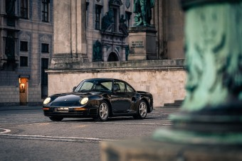 Két kézzel szórták a német márkát az 1988-as Porsche 959-re