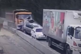 Fékezés nélkül pusztított egy kínai dömper az autópályán