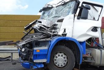 Kamionba csapódott a vidám fociedző autója