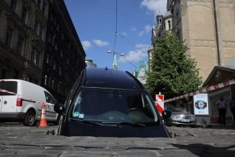 Beszakadt az utca közepe, elnyelt egy BMW-t