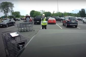 """A """"hónap dolgozója"""" több autót is lerendezett az áruházi parkolóban – egy fedélzeti kamera mindent felvett"""