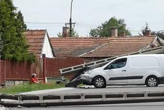 Egyetlen autó 7 villanyoszlopot döntött ki Veresegyházon