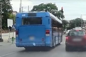 Pirosra váltott a lámpa a BKV-busz előtt, a sofőr meg sem próbált fékezni