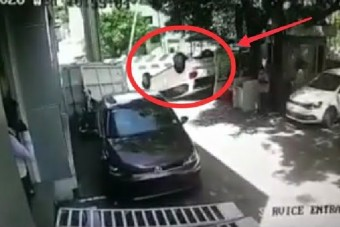 Tíz métert tett meg új autójával a vevő, mielőtt felborult