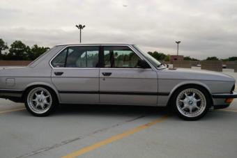 Ezek az öreg BMW-k amerikai izomautók szívét kapták meg