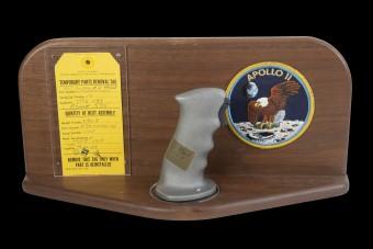 Eladó a joystick, melynek segítségével először landoltak a Holdon