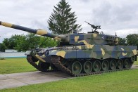 Tatán négy tankkal hajtottak át egy autón 1