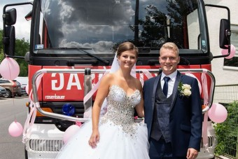 Rendőrautók és tűzoltók lepték el egy hazai pár esküvőjét