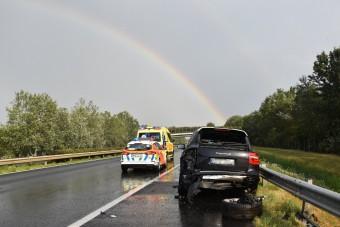 Autómentőbe csapódott egy Porsche az M1-esen, az autómentős életét vesztette