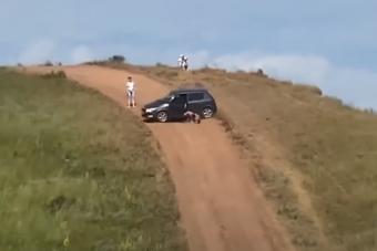 A kezdő autós rémálma történt meg ezen az orosz domboldalon