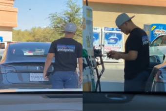 Beállt a benzinkútra a Teslával tankolni, nagy volt a meglepetés, amikor rájött a hibára