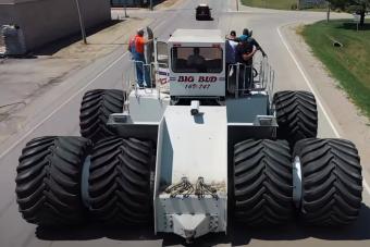 Így cserélnek kereket a világ legnagyobb traktorán