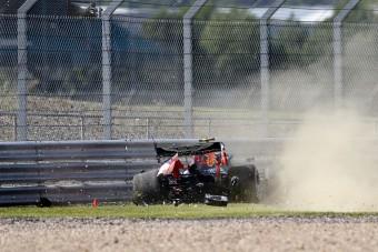 F1: A pink Merci az első, összetört a Red Bull