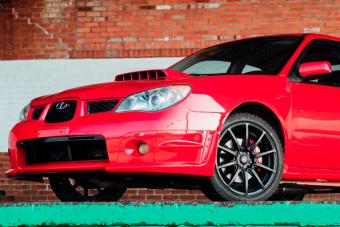 Te is meglépnél a rendőrök elől ezzel a piros Subaruval?