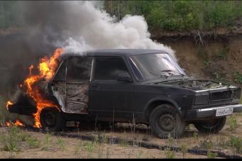 Felrobban az autó, ha lelocsoljuk benzinnel és rádobjuk a csikket?