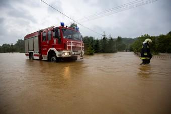 Derékig érő víz bénította meg az ország több pontját