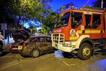 Két baleset Kispesten, az egyikben egy szirénázó tűzoltó is érintett