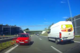 Centiken múlt a tragédia, forgalommal szemben hajtott a lengyel autós