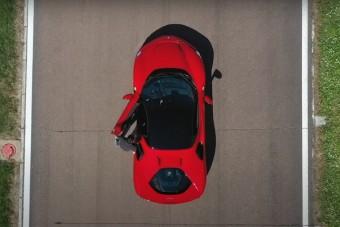 Úgy gyorsul ez a Ferrari, hogy kő kövön nem marad