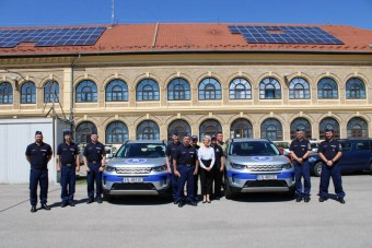 Luxusautókat kaptak a magyar rendőrök