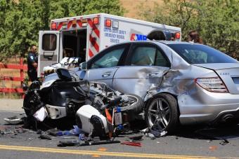 Gyorshajtó motoros ütközött figyelmetlen autóssal
