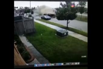 Horrorisztikusat perecelt az autós, az egyik ház biztonsági kamerája rögzítette