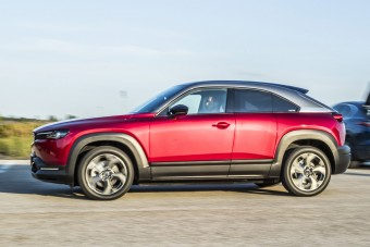 Marad a szívó benzines, de itt az elektromos Mazda is