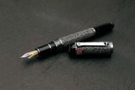 Lávakőből készült ez a toll 4