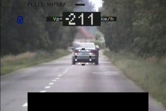 Több mint 200 km/órával előzött rá a szabolcsi rendőrökre, akik pont mértek