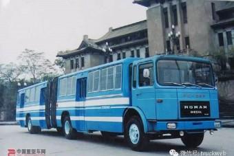 Csuklós busz nőtt erre a román teherautóra