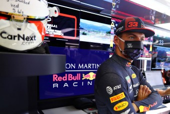F1: Új sisak Verstappennek, átfestik a Red Bullt