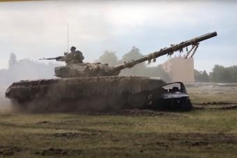 Tatán négy tankkal hajtottak át egy autón