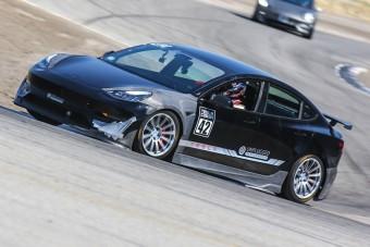 Szédületesen gyors a versenypályára tuningolt Tesla