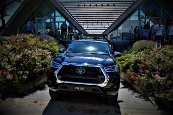 Nagyobb a Toyota Hilux arca, de van mire