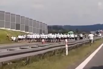 Lengyel focihuligánok verekedtek az autópályán