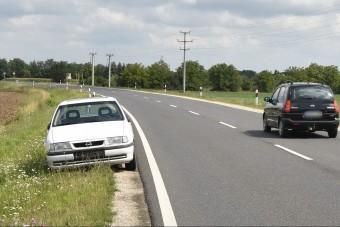 Visszapillantók nélkül közlekedett, napok óta a 86-os úton parkol egy Opel