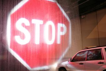 Zseniális ötlet lehet a vízre vetített STOP tábla