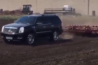 Lerobbant a traktor, így luxus-szabadidő-autóval művelte földjét az orosz gazda