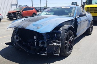 Új életért kiált a vadonatújan összetört Mustang