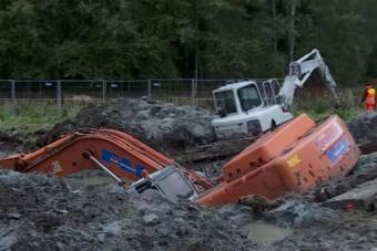 Így szednek ki egy nyakig iszapba ragadt 35 tonnás markolót