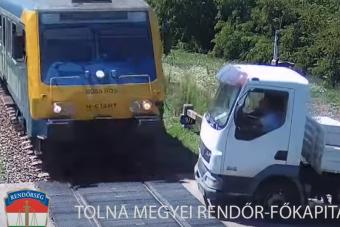 Simontornyánál sínekre hajtott egy teherautó, és jött a vonat