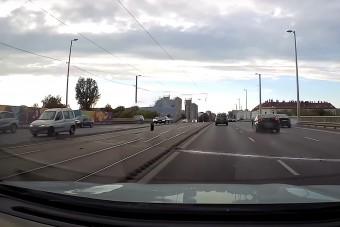 Autók közé repült egy Alfa kereke a Kacsóh Pongrác felüljárón