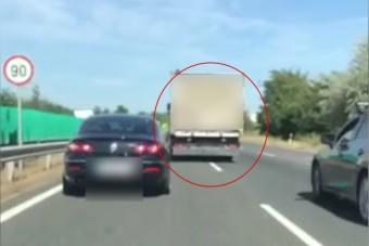 A forgalmat blokkoló teherautós a nap tahója