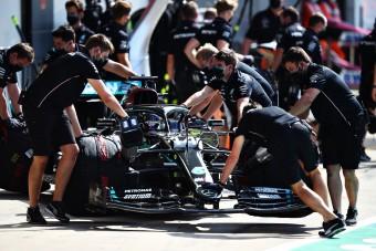 F1: Nem bírják a strapát az autók, Hamilton gépével is bajok vannak