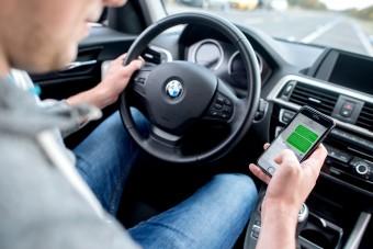 Mobiltelefonnal a kézben vezetni veszélyes és drága is