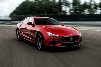 580 lóerős Ferrari-motor, szedán Maseratiban
