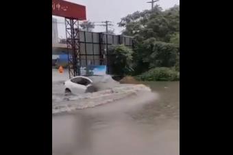 Teslával a vízben? A kínai sofőr nem ismer lehetetlent!