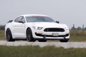 Így szól padlógázon a 850 lóerős Ford Mustang